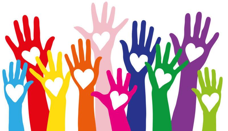 Bunte Hände mit Herzen als Symbol für Liebe und Mitgefühl