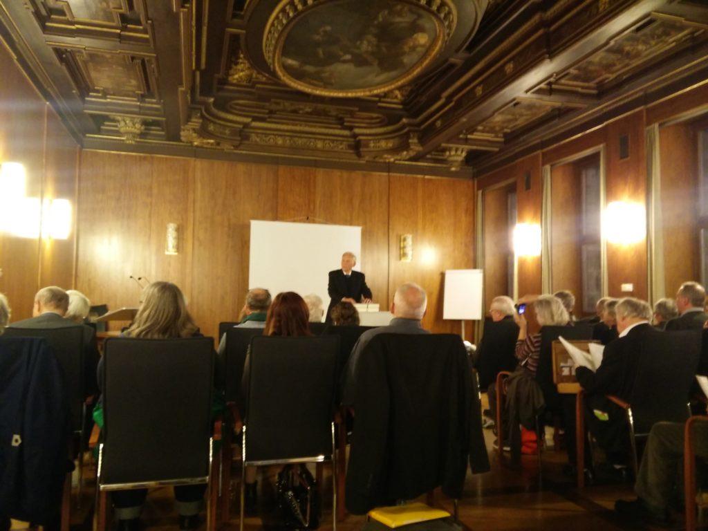 Dr. Georg Winter hält einen Vortrag zum Thema Biokratie - Interessen der Natur nachhaltig in der Politik verankern