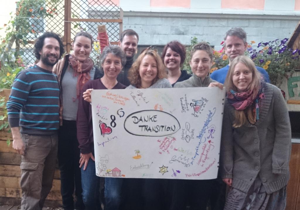 Mitglieder der Gruppe Transition Regensburg halten ein Transparent mit der Aufschrift