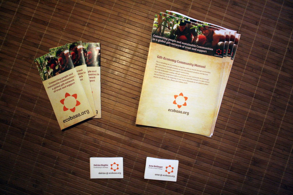 Foto von Broschüren und Flyern von ecobasa